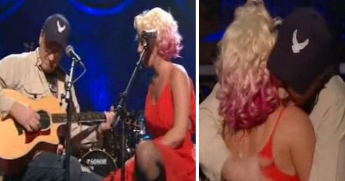 d3 20.png?resize=412,232 - La chanteuse Pink a invité un vieil homme à monter sur scène pour une chanson et a ensuite révélé qu'il était son père