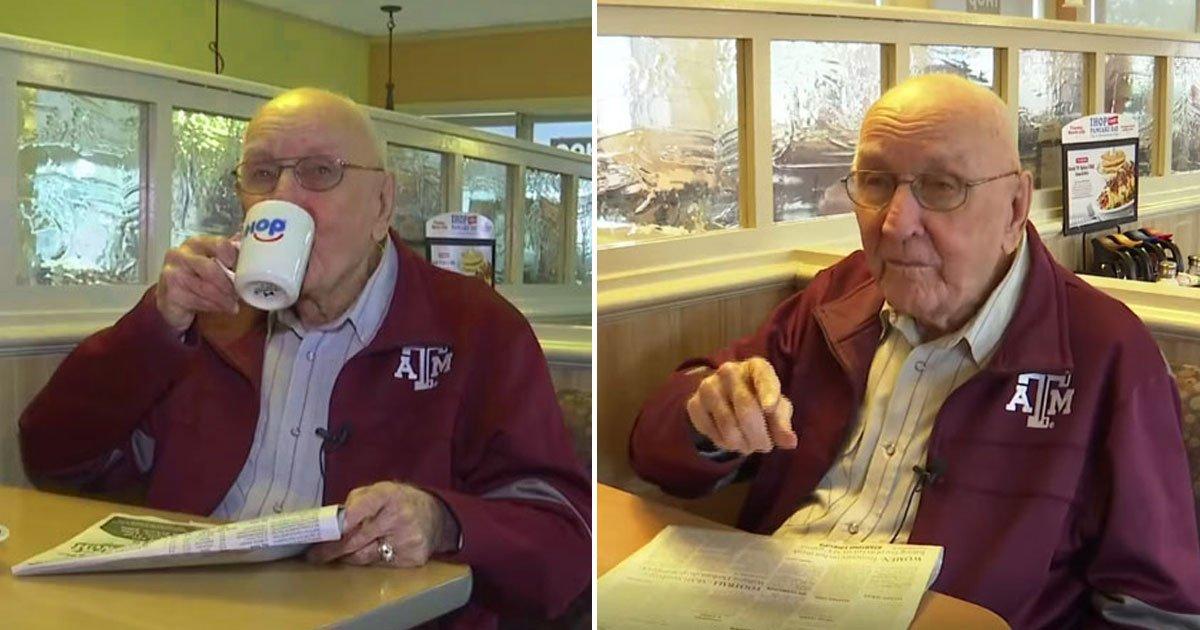 elderly man.jpg?resize=300,169 - Un homme de 89 ans mange à la même table de ce restaurant depuis 34 ans