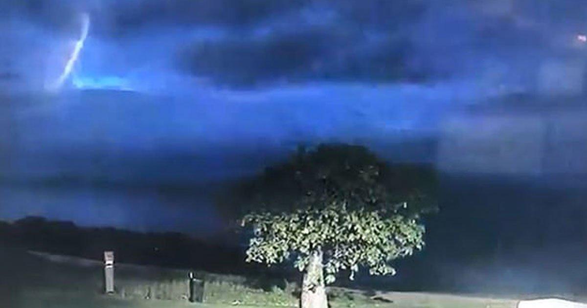 ufo australia.jpg?resize=412,232 - Mystérieuse lumière brillante dans le ciel australien : beaucoup croient à un ovni