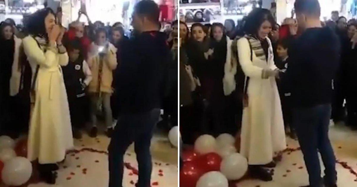 couple4.png?resize=412,232 - Un couple arrêté pour une demande en mariage romantique au centre commercial