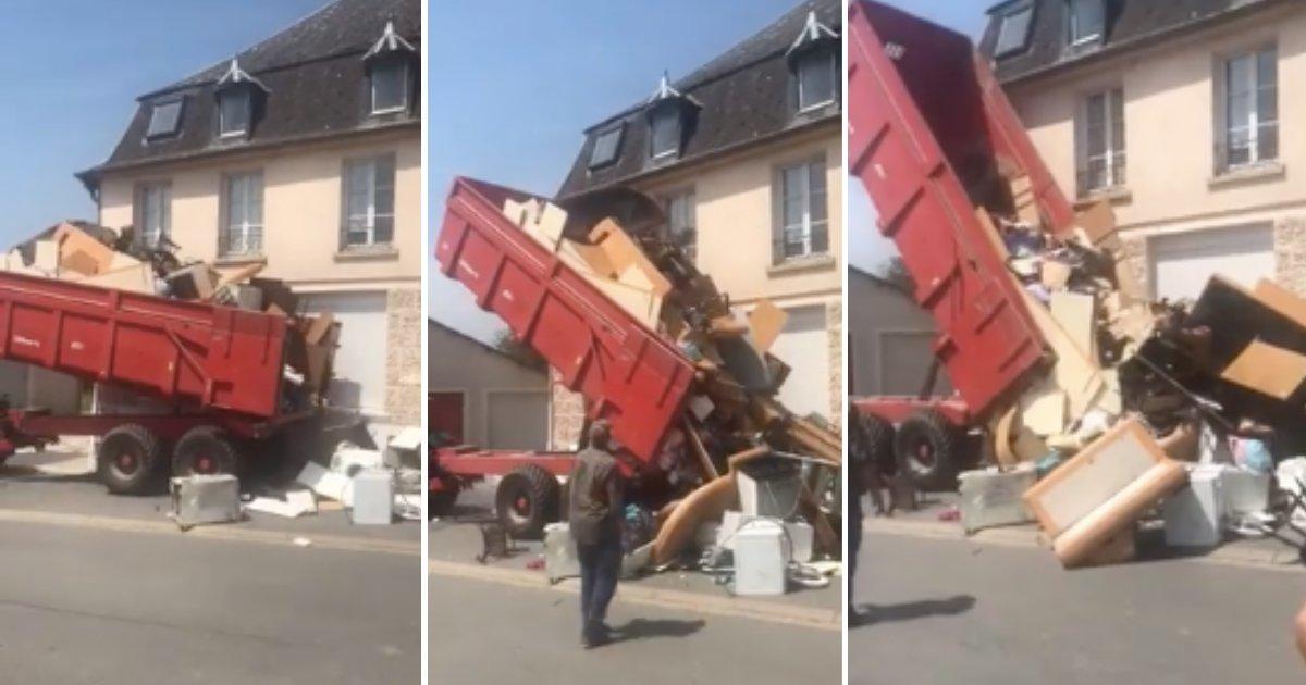 d3 19.png?resize=412,232 - Un propriétaire en colère a ramassé les ordures laissées par ses locataires et les décharge devant leur nouvelle maison