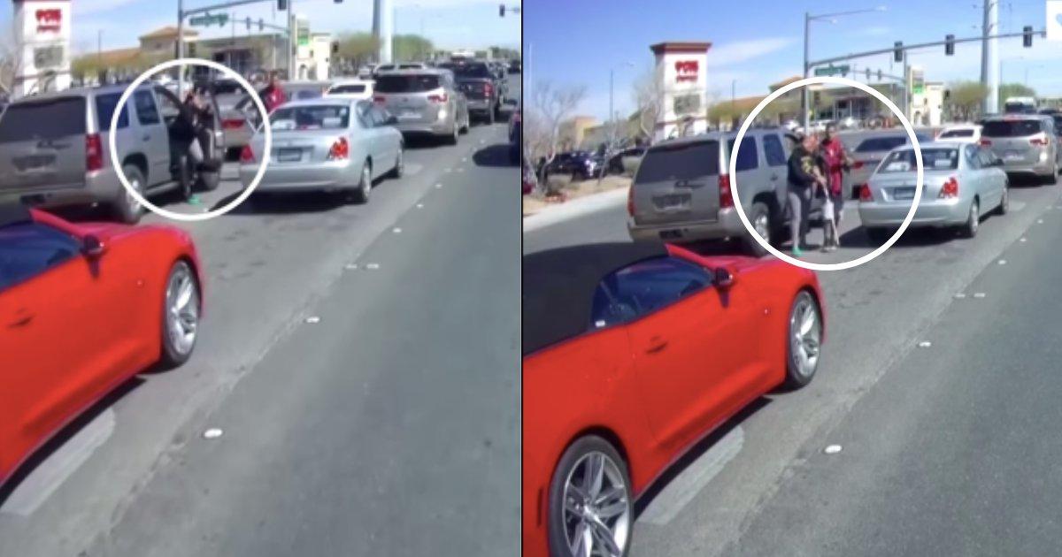 d4 19.png?resize=300,169 - Une femme a vu un homme aveugle traverser la rue seul et a immédiatement sauté de son véhicule pour aider