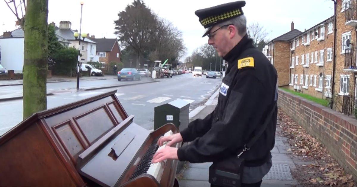 eab2bdecb0b0.jpg?resize=412,232 - 길거리에서 현란한 피아노 솜씨를 선보인 '경찰'의 진짜 정체 (영상)