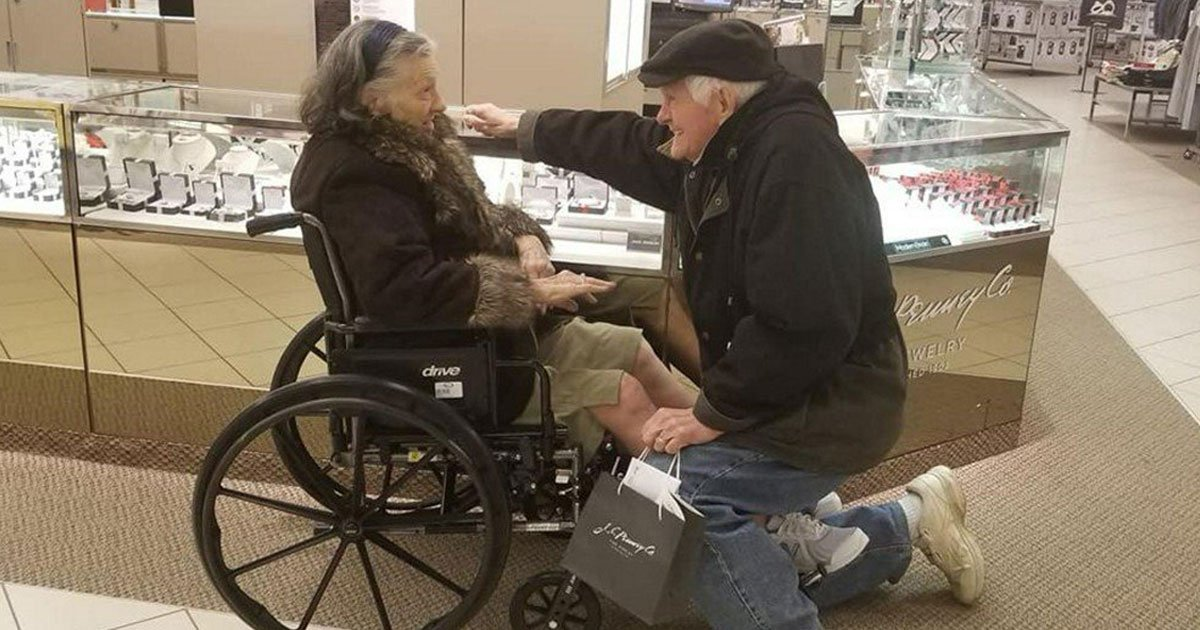 elerly couple.jpg?resize=412,232 - 85-Year-Old Man Proposes His Wife Of 63 Years Once Again After She Undergoes Heart Surgery
