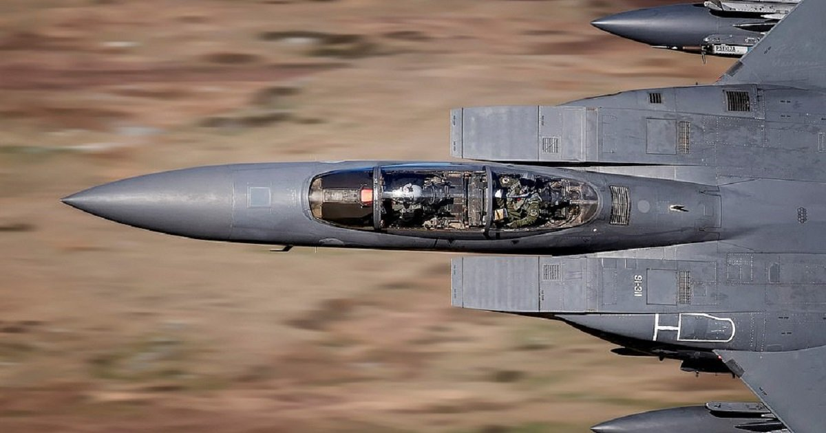 f3.jpg?resize=412,232 - Photographer Captures The Perfect Moment As The F-15 Pilot Looks Up Into The Camera As The Plane Screams Past Below Him