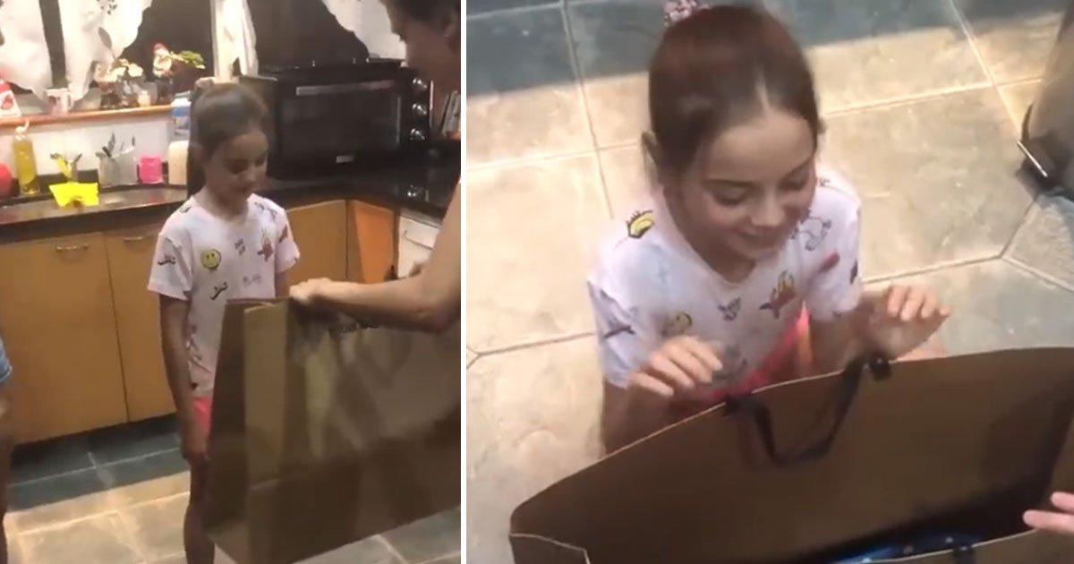 girl receives gift.jpg?resize=300,169 - Une petite fille reçoit un cadeau et fond en larmes