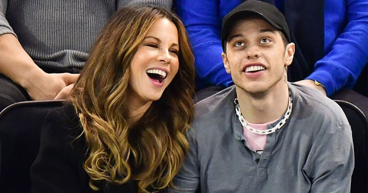 pete davidson and kate beckinsale spotted romancing in the stands at hockey game.jpg?resize=412,232 - Pete Davidson et Kate Beckinsale aperçus en train de partager un moment intime dans les gradins lors d'un match de hockey
