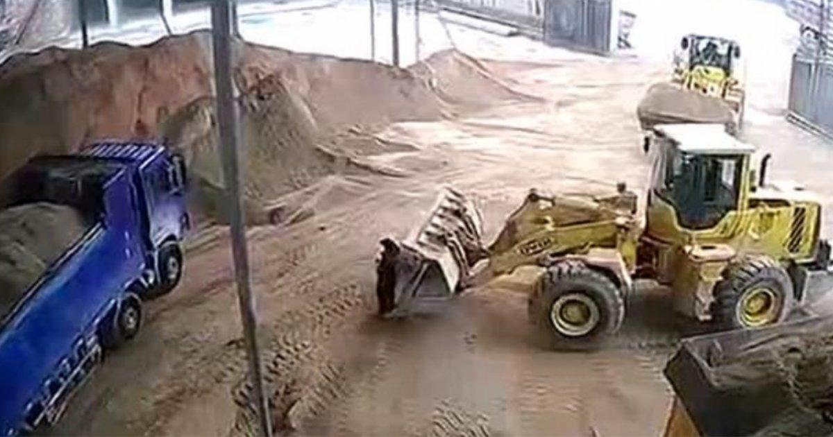 untitled design 1 5.png?resize=412,232 - Une ouvrière chinoise est percuté par une pelleteuse et décède dans la pelle étouffée par le sable !
