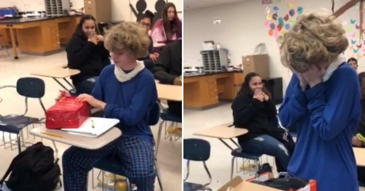 untitled design 47.png?resize=412,232 - Un garçon victime d'intimidation fond en larmes lorsque ses camarades de classe le surprennent avec un cadeau
