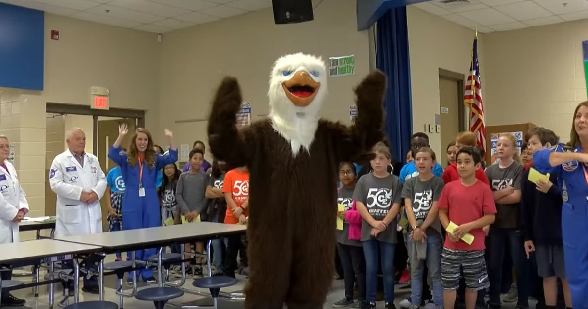 1 46.jpg?resize=412,232 - Army Mother Showed Up As The School's Eagle Mascot To Surprise Her Son