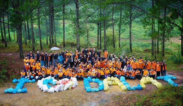 #trashtag From Vietnam, Youngsters Gather Voluntarily To Clean Up The Environment And To Raise Public Awareness