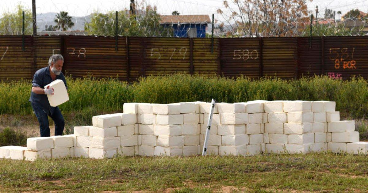 artist building a wall of cheese at us mexico border to make america grate again.jpg?resize=412,232 - Pour protester contre la construction du mur  à la frontière américano-mexicaine; un artiste construit son mur de fromage