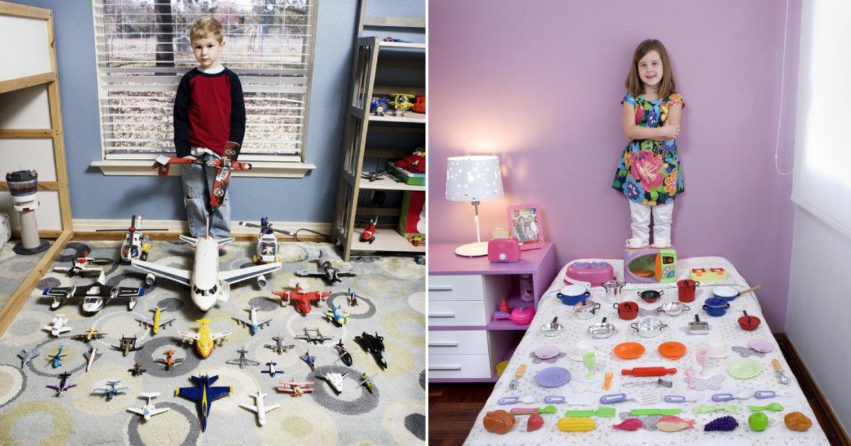 children with precious.png?resize=1200,630 - 19 superbes photos d'enfants du monde entier avec leur jouet préféré