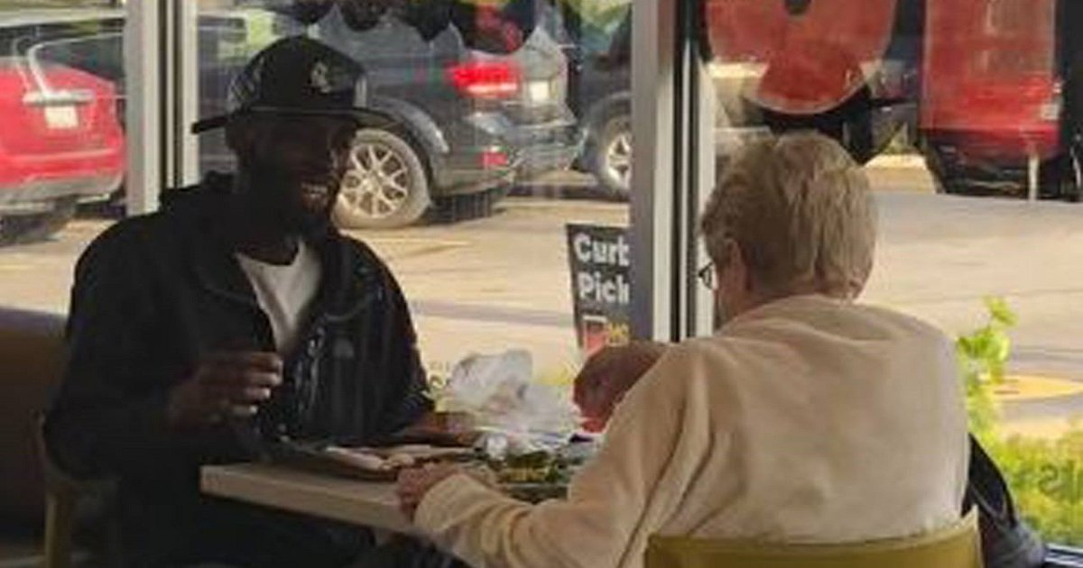 f3 6.jpg?resize=1200,630 - An Old Woman Ate With A Random Stranger At McDonald's And Photos Of The Sweet Moment Went Viral