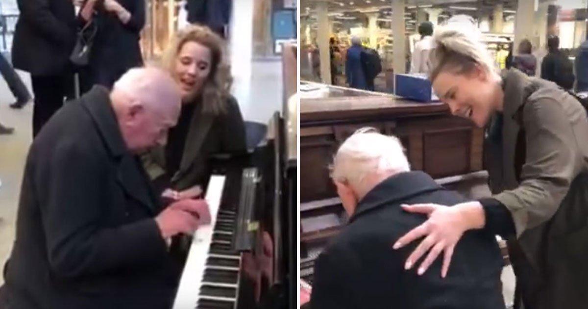 man plays piano alone.jpg?resize=300,169 - Un homme de 91 ans qui jouait du piano seul dans une gare de trains a été rejoint par une femme qui a fait sa journée