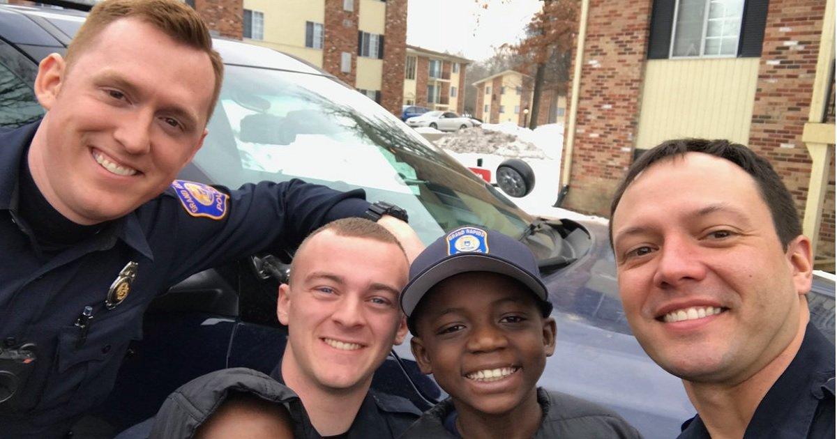 p3 2.jpg?resize=412,232 - Un garçon victime d'intimidation à l'école a eu la plus agréable des surprises quand des policiers se sont présentés à sa fête d'anniversaire