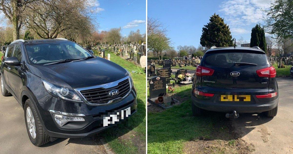 untitled design 69.png?resize=412,232 - Un couple a garé sa voiture sur une tombe pendant que des familles rendaient hommage à leurs proches