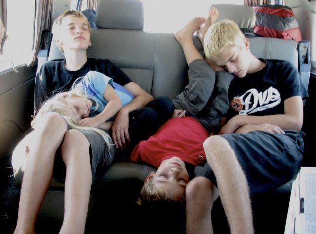 criancas-dormem-qqr-lugar-2