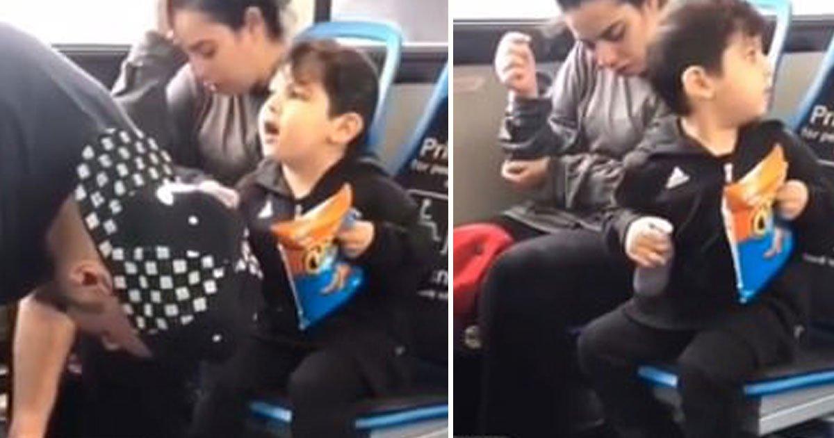 boy waking up drugged up parents.jpg?resize=412,232 - Vidéo déchirante d'un petit garçon essayant de réveiller ses parents drogués dans un bus