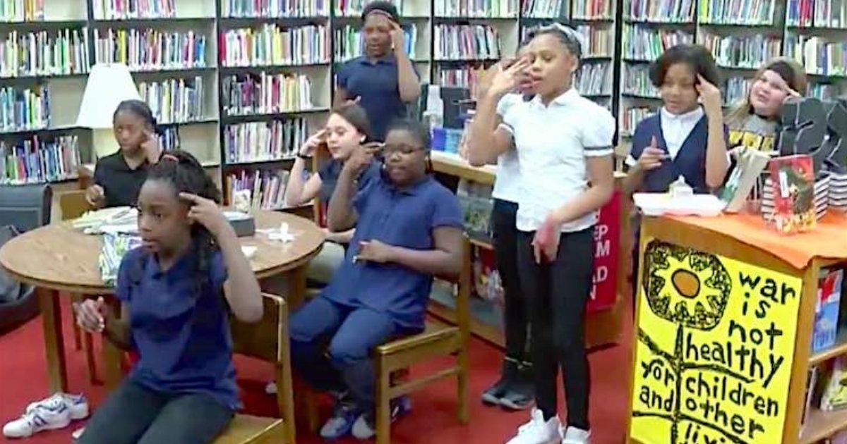 d5 1.png?resize=412,232 - Les enfants abandonnent leur temps de jeu pour apprendre la langue des signes à leur camarade sourd