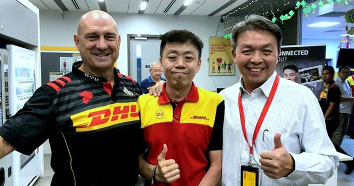 dhl driver helped man cross road.jpg?resize=1200,630 - DHL Driver Gave An Elderly Man A Piggyback Ride Who Was Struggling To Cross The Road