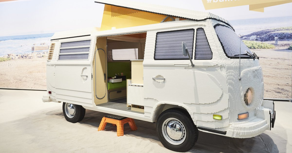 featured image 34.png?resize=412,232 - Une camionette Camper grandeur nature entièrement en briques Lego
