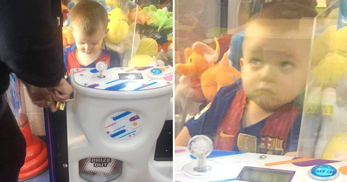 featured image 68.png?resize=412,232 - Un petit garçon s'est retrouvé coincé dans une machine à pinces alors qu'il tentait d'attraper un ours en peluche