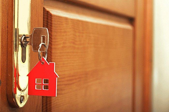 key in a lock main 1.png?resize=412,232 - Un homme a décoré sa maison avec près de 1 000 photos de femmes dénudées
