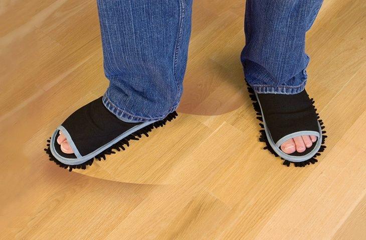 hombre con pantuflas trapeadoras