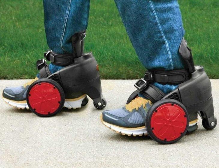 hombre en patines motorizados