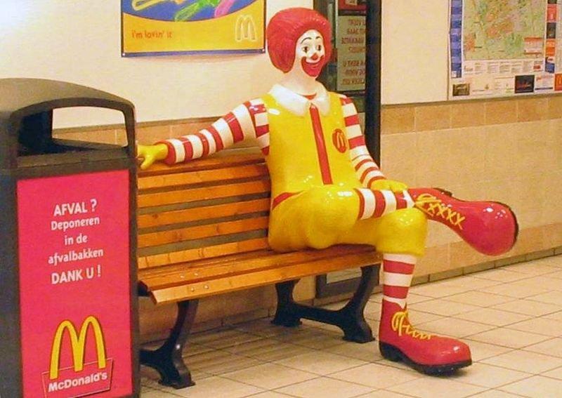 ronald mcdonald sitting.jpg?resize=300,169 - En Autriche, les McDonald's deviennent des ambassades d'urgence pour le ressortissant Américain...