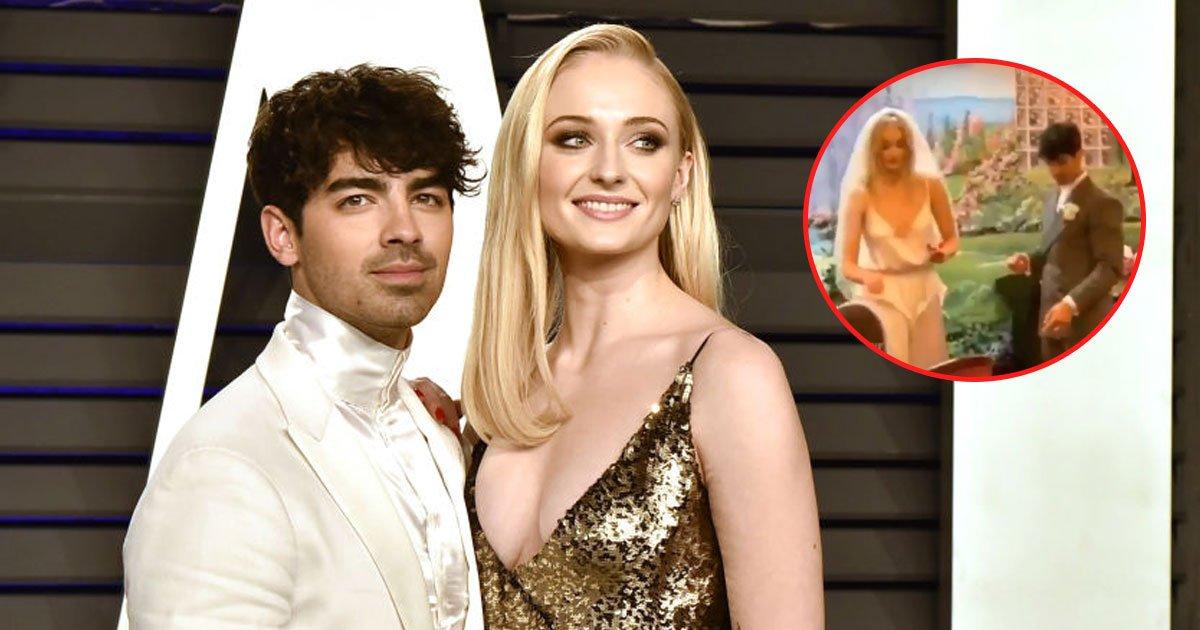 sophie joe wedding.jpg?resize=1200,630 - Sophie Turner et Joe Jonas ont échangé des bagues en bonbons lors de leur mariage à Las Vegas!