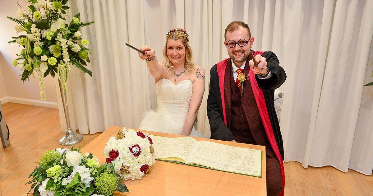 the couple who are harry potters superfans throw hogwarts themed wedding.jpg?resize=412,232 - Un couple de super-fans de Harry Potter se marie sur le thème de Poudlard