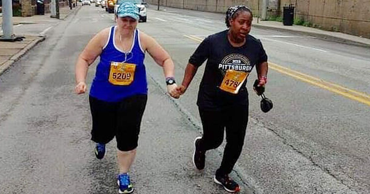 women helping marathon.jpg?resize=1200,630 - Heartwarming Video Of Two Strangers Helping Each Other Finish The Line Of The Pittsburgh Marathon Went Viral