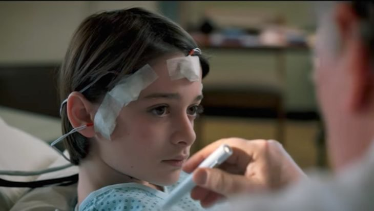Will Byers recostado en una camilla de hospital, escena de la serie The Stranger Things