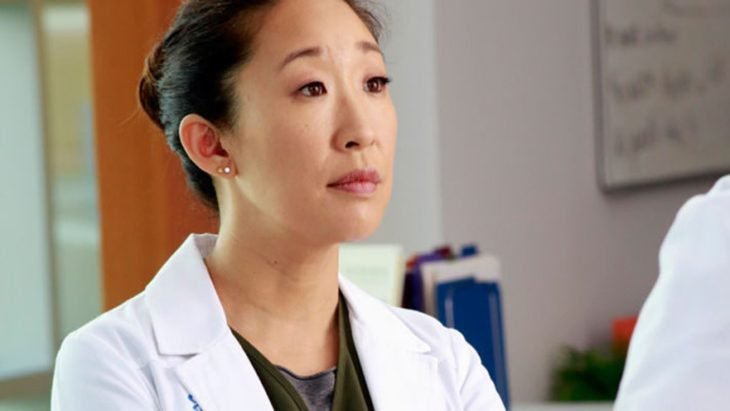 Cristina Yang melancólica a mitad del pasillo de urgencias de un hospital, escena de la serie grey