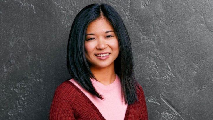 Lane Kim sonriendo y posando para una foto, escena de la serie Gilmore Girls