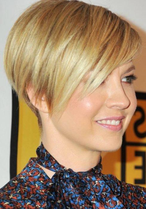 Chica con el cabello rubio mostrando su corte pixi asimétrico