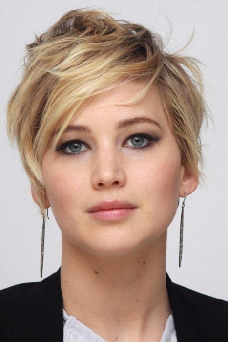 Jennifer Lawrence posando en traje sastre para una fotografía