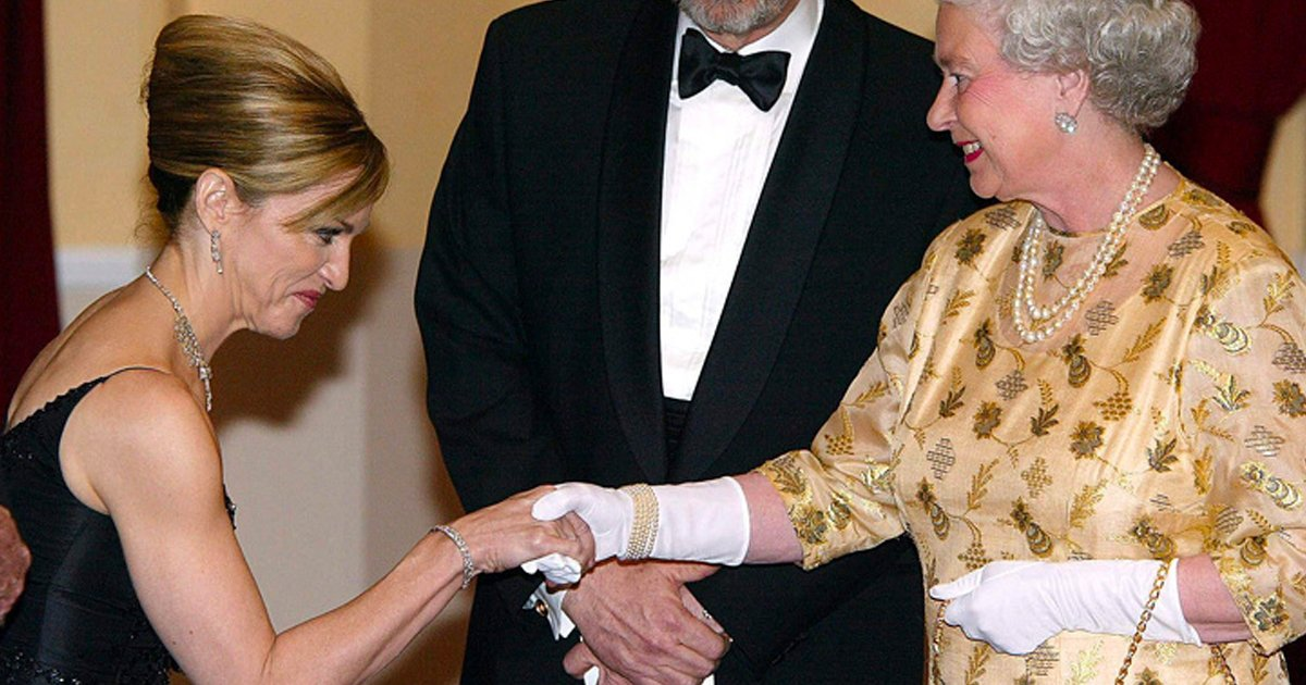 14 21.jpg?resize=412,275 - 14 Historias sobre el encuentro de algunos famosos con la reina Isabel II (Casi todos rompieron la etiqueta)