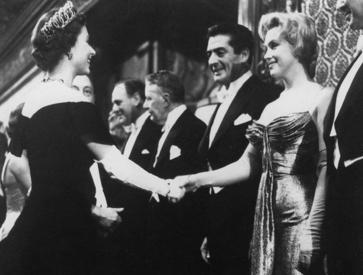 14Historias sobre elencuentro dealgunos famosos con lareina IsabelII (Casi todos rompieron laetiqueta)