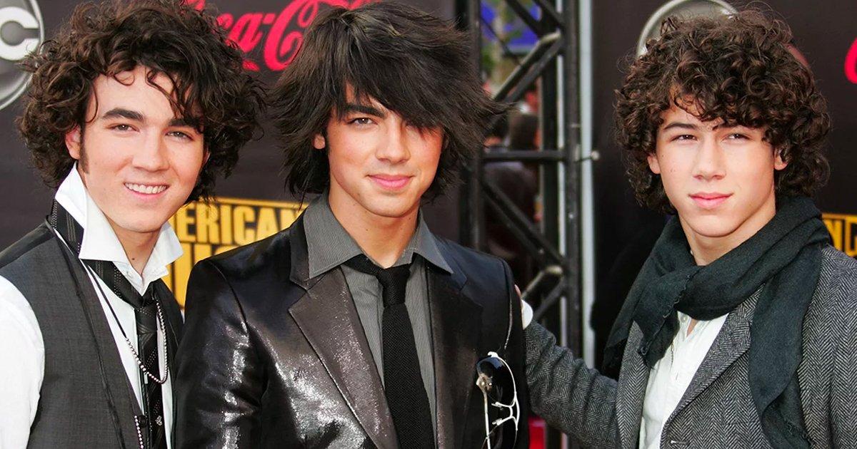2 214.jpg?resize=412,275 - 14 Vergonzosas fotografías de los Jonas Brothers que alguna vez usaste de fondo de pantalla