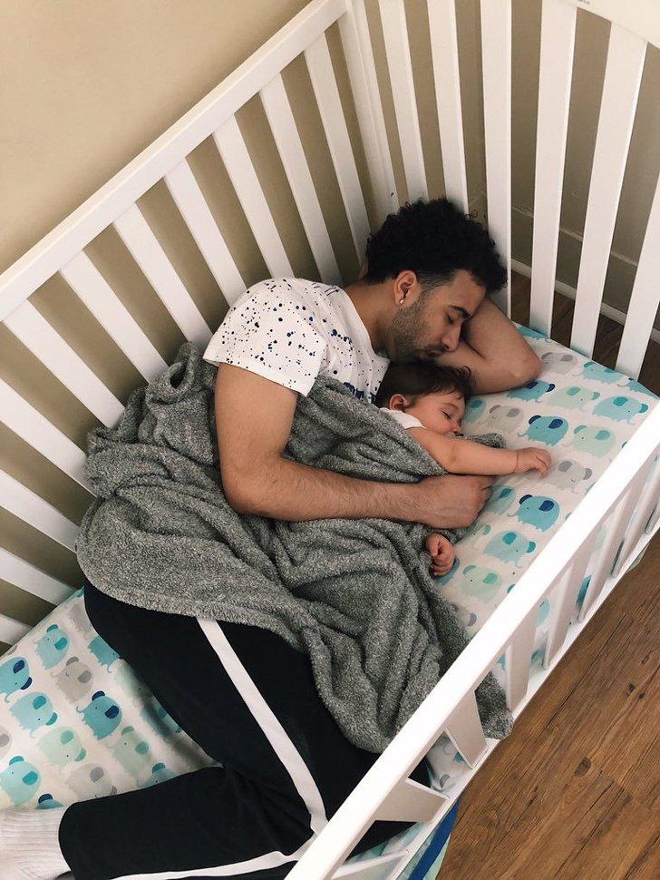 20 Fotos de pais que provam ser capazes de fazer qualquer coisa pelos filhos (até virar travesseiro)