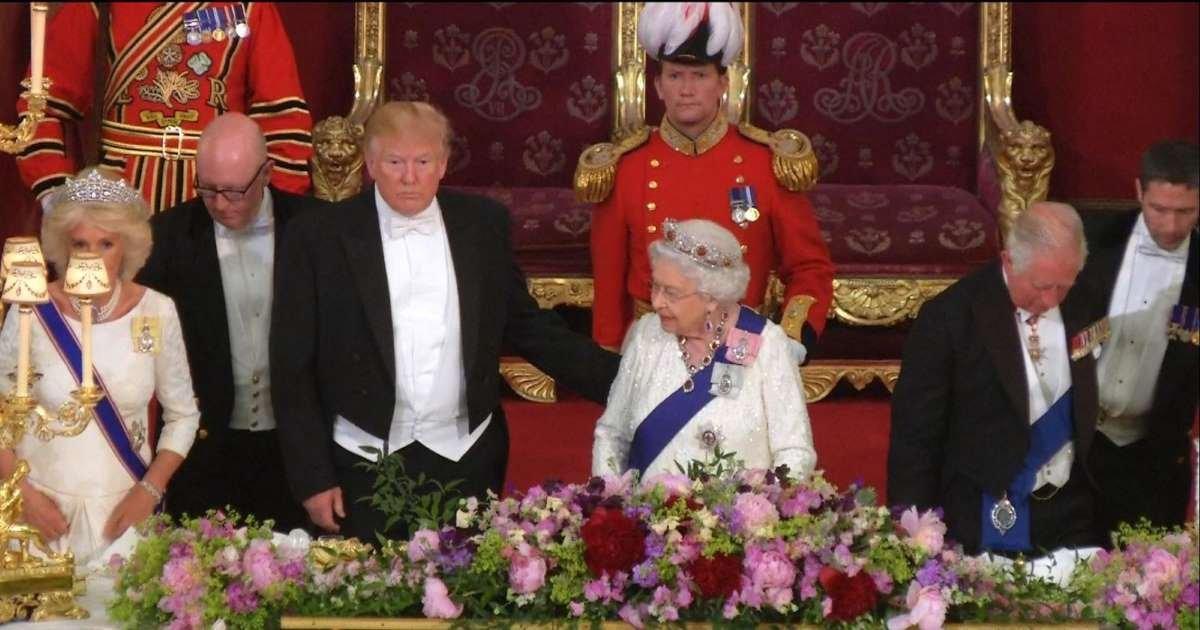 a 5.jpg?resize=412,232 - Trump a brisé le protocole royal en touchant la reine lors d'un dîner