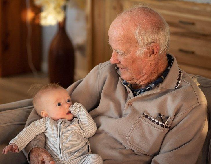 Los abuelos que cuidan asus nietos tienen una vida más larga, según laciencia