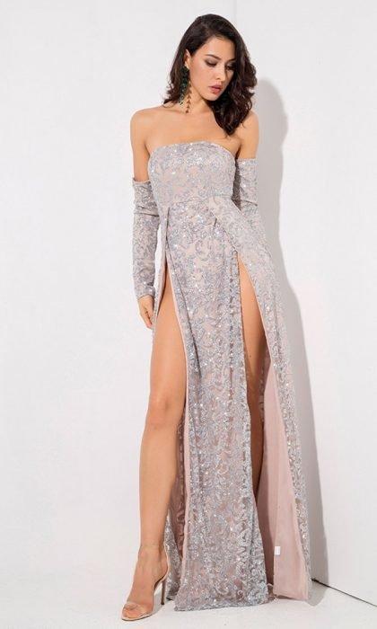 Chica modelando vestido en tonos grises con aplicaciones brillantes y abertura en ambas piernas