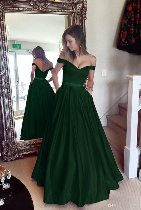 Chica modelando un vestido corte princesa de color verde