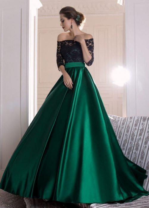 Chica modelando vestido de cintura alta en los colores negro y verde