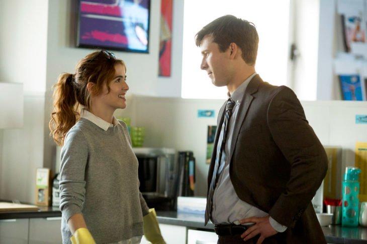 Película Set it up: el plan imperfecto; hombre con traje y mujer pelirroja mirándose