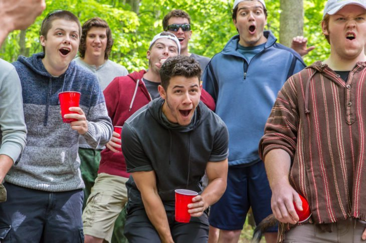 Película La iniciación con Nick Jonas; grupo de estudiantes de fraternidad en una fiesta